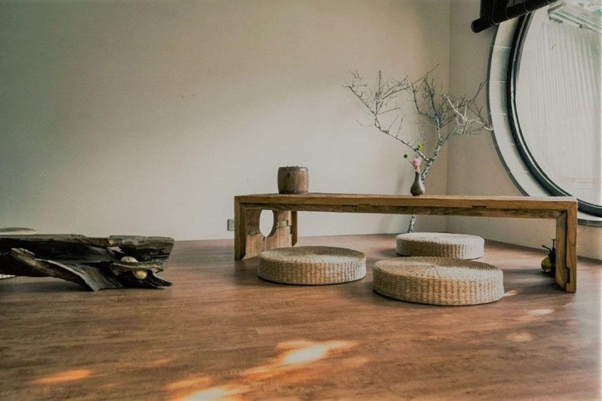 Tisch und Sitzkissen im Wohnzimmer