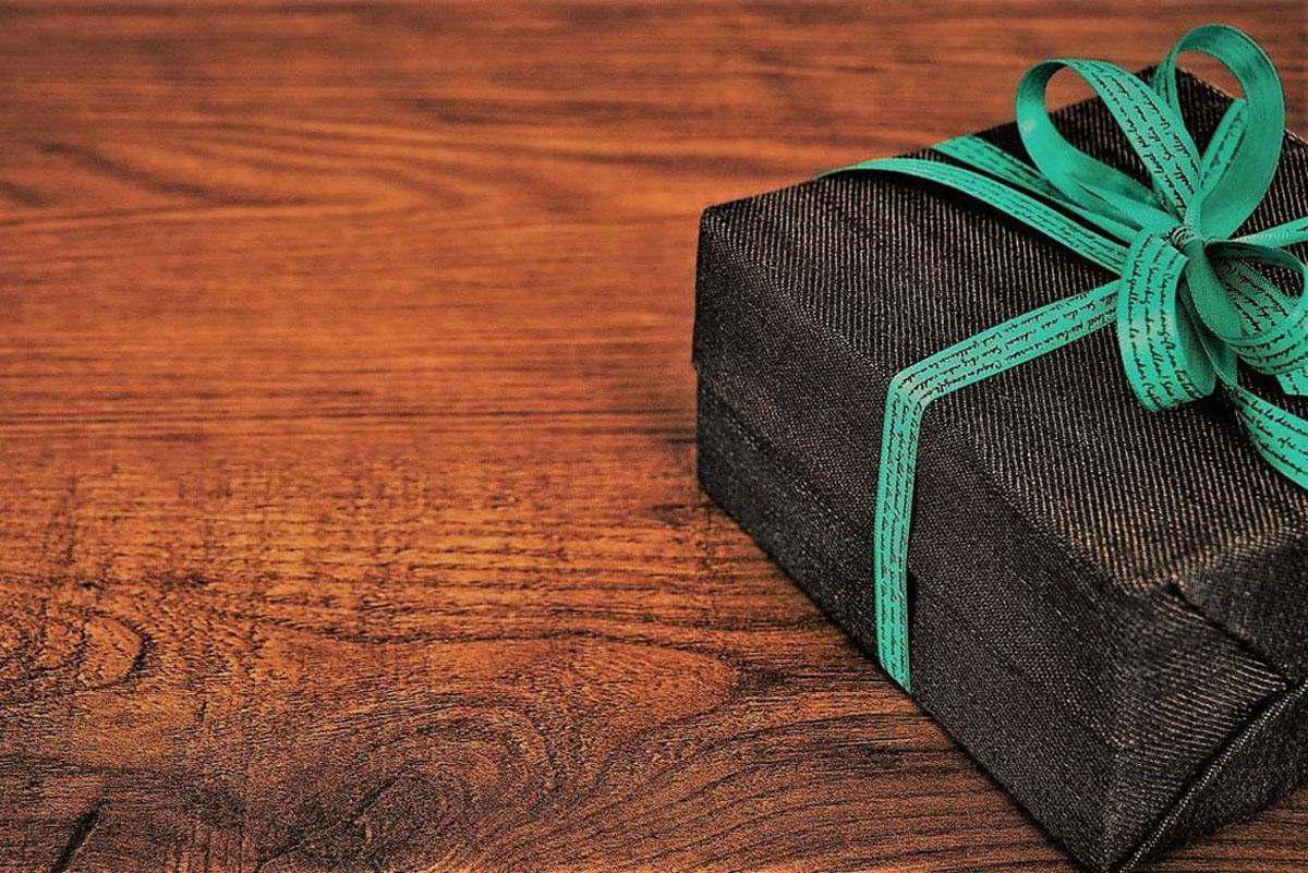 Geschenkpaket auf Tisch