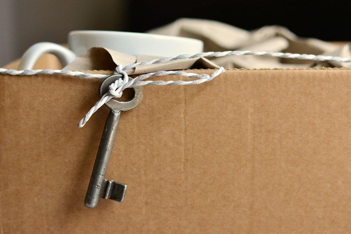 Umzugskarton mit Hausschlüssel